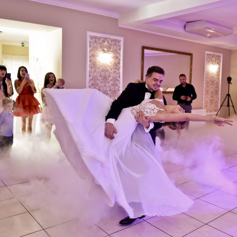 Zaślubiny są podniosłym wydarzeniem, dlatego też większość Par Młodych chcąc podkreślić ich rangę, decyduje się na przyjęcie w eleganckim miejscu. Stąd też nasza sala na wesele urządzona została właśnie w tym stylu.<br /> Stonowane kolory ścian połączone ze złotymi dodatkami wprowadzają wykwintny i elegancki charakter. Radość świętowania warto dzielić z rodziną i przyjaciółmi. Przestronne wnętrze naszej sali weselnej w Bydgoszczy pomieści więc nawet 160 gości. Warto wybrać to miejsce, aby móc wspólnie spędzić czas w wyjątkowej atmosferze.