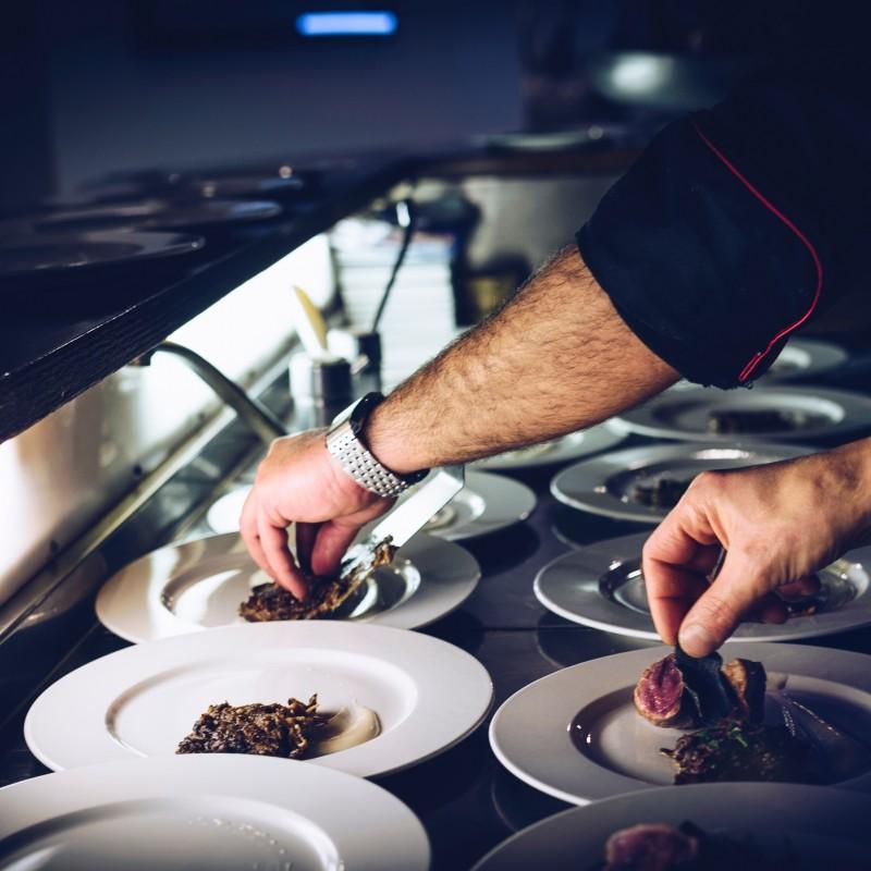 Posiłki przygotowywane są przy użyciu nowoczesnych oraz bezpiecznych technologii gotowania i duszenia na parze o ograniczonej ilości potraw smażonych. Nasze potrawy nie zawierają szkodliwych konserwantów, sztucznych barwników, tłuszczów trans, glutaminianu sodu i polepszaczy.<br /> <br /> Nasz proces obsługi cateringowej opiera się na założeniu, że potrawy przygotowywane w profesjonalnej kuchni, transportowane są do miejsca przeznaczenia w pojemnikach GN, umieszczonych w specjalistycznych termoportach utrzymujących optymalną temperaturę, co pozwala zachować ich najwyższą jakość.